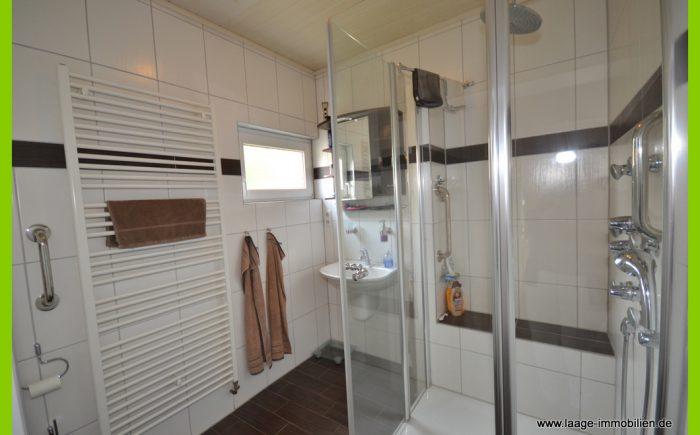 Die attraktive Dusche mit Sitzbank.