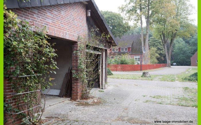 Garagen dahinter der Kindergarten
