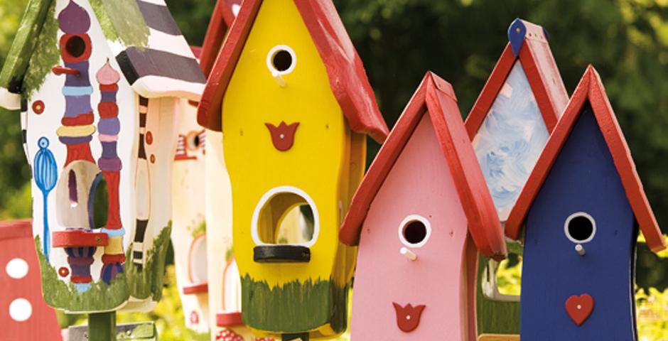Haus gesucht: Motiv mehrere bunte Vogelhäuschen