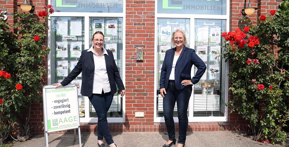 Yvonne Laage und Susanne Greiser vor Laage Immobilien