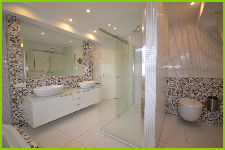 Das hochwertige Badezimmer.