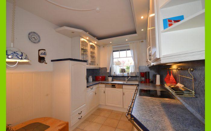 Die Küche mit zusätzlichem Essplatz.