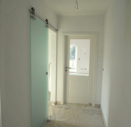 Flur mit Glastür zur Küche - Böden werden noch gelegt