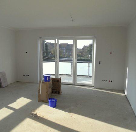 Wohnzimmer mit Blick auf den Balkon - Boden wird noch verlegt