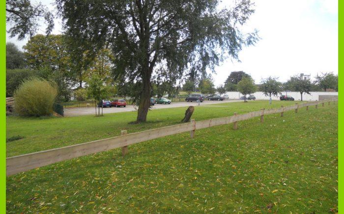 Gartenanlage mit Parkplätzen