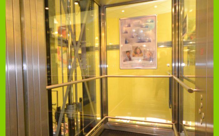 Der moderne Fahrstuhl für 8 Personen.
