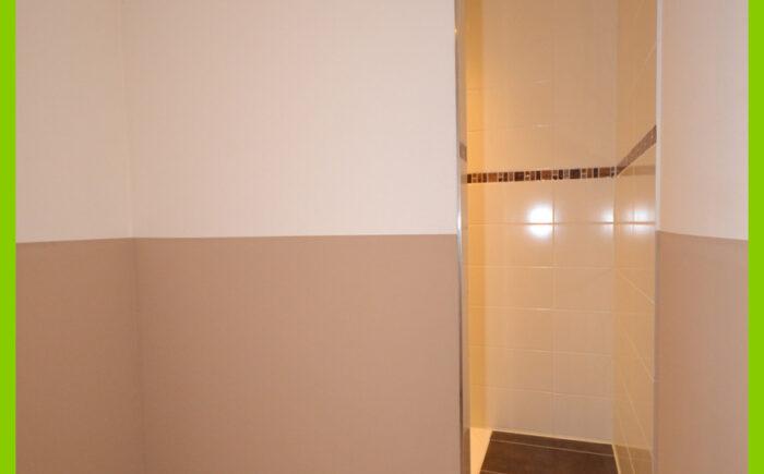Der abgeteilte Duschbereich.
