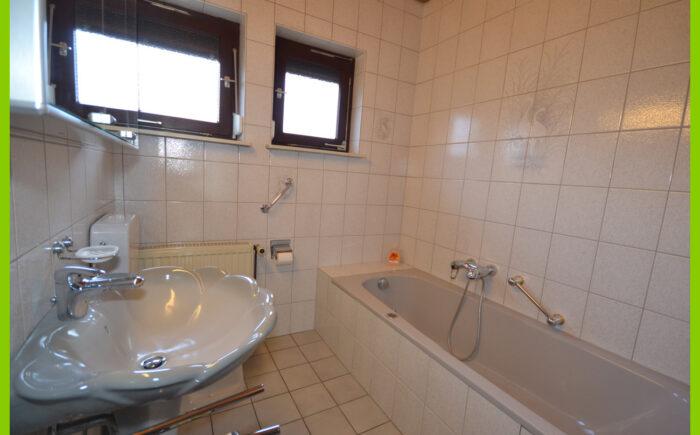 Das Badezimmer mit Whirlpool-Badewanne im Erdgeschoss.