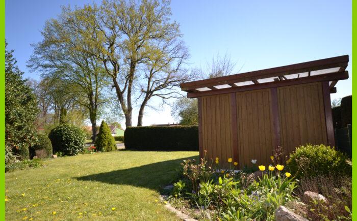 Der idyllische Garten neben dem Carport.
