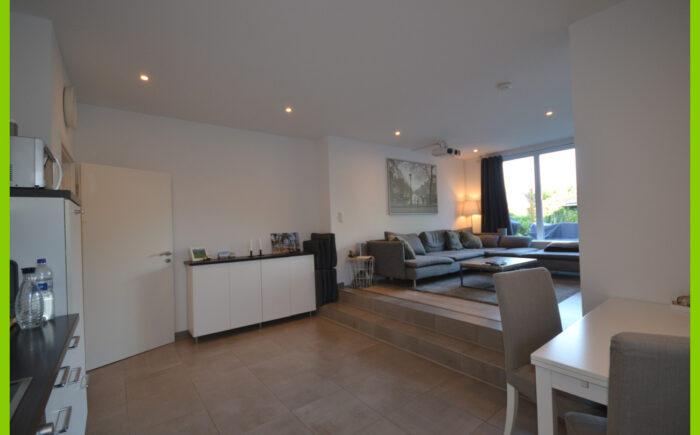 Der Blick von der Küche zum Wohnzimmer.
