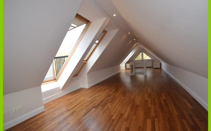 Der Spitzboden mit Cabrio-Velux-Fenstern.