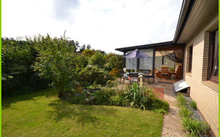 Der hintere Garten mit windgeschützter Terrasse.