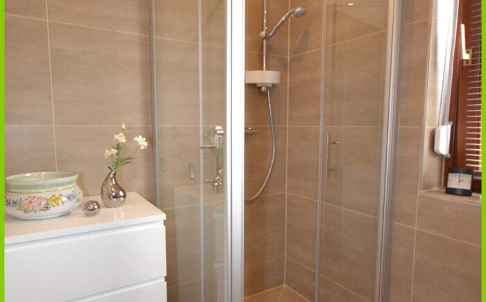 Die neue bodentiefe Dusche.